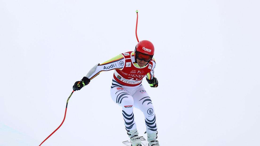 VIDEO: Un esquiador se levanta tras caer y empotrarse contra las redes de protección a 100 kilómetros por hora
