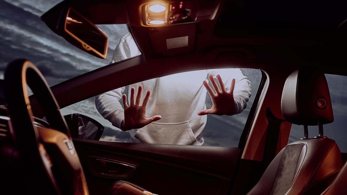 VIDEO: Cámara de un Tesla capta un robo en plena carretera