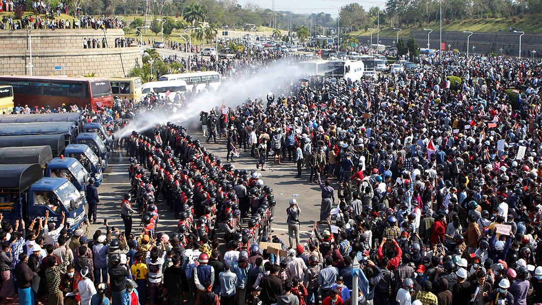 VIDEO, FOTOS: La Policía birmana dispersa con cañones de agua a los manifestantes contrarios al golpe militar