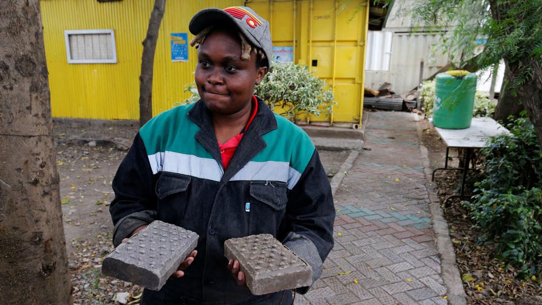 Una keniana transforma plásticos difíciles de reciclar en adoquines cinco veces más resistentes que el hormigón