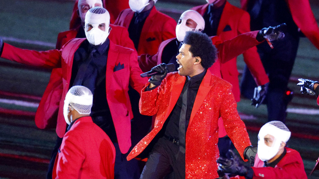 The Weeknd se convierte en meme tras aparecer con sus dobles y 'perderse' entre las decoraciones en su actuación en la Super Bowl (VIDEO)