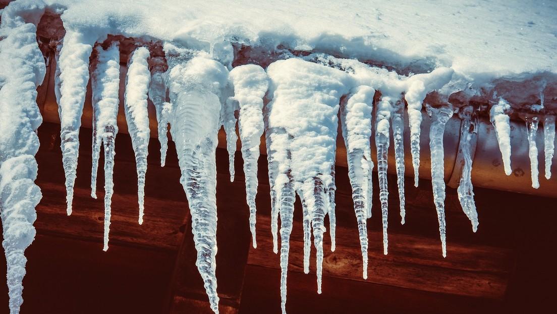 VIDEO: Una siberiana se salva 'por los pelos' de ser golpeada por un imponente bloque de hielo caído desde el techo