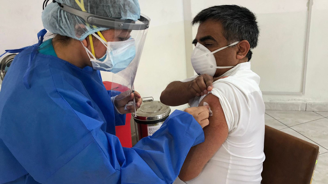 Médicos de un hospital de Lima, los primeros vacunados en Perú contra el covid-19