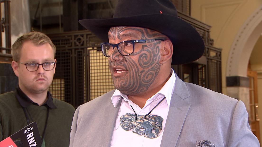 Un diputado maorí se niega a usar corbata en el Parlamento de Nueva Zelanda y termina expulsado de la sesión