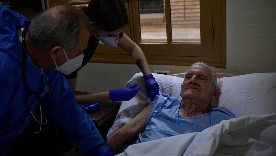 España recomienda aplazar seis meses la vacunación de las personas con menos de 55 años que se hayan infectado previamente