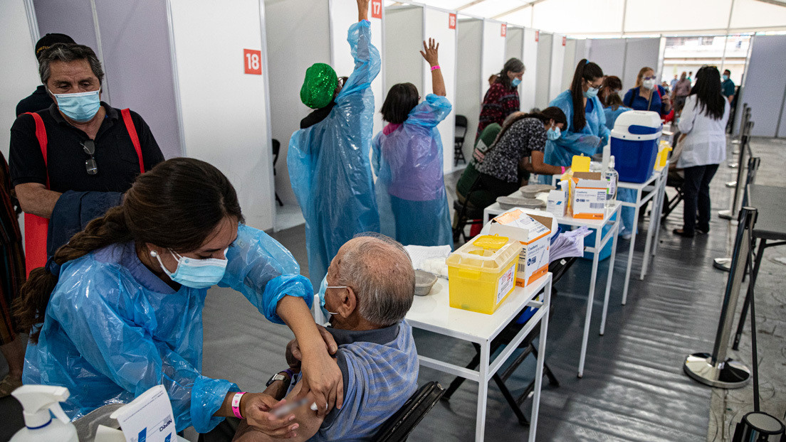 """Un programa de la televisión peruana afirma que Chile promueve el """"turismo médico"""" para quienes quieran conseguir vacunas gratis y desata el escándalo"""