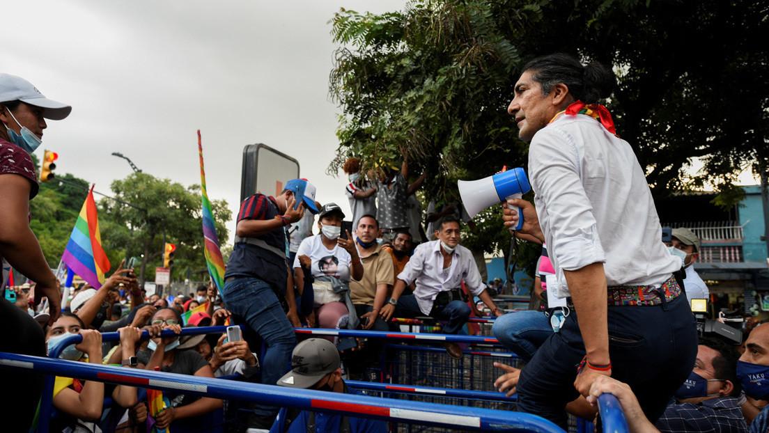 """El candidato presidencial Yaku Pérez se concentra con sus seguidores frente a la sede del CNE en Quito donde denuncia """"fraude"""" en su contra"""