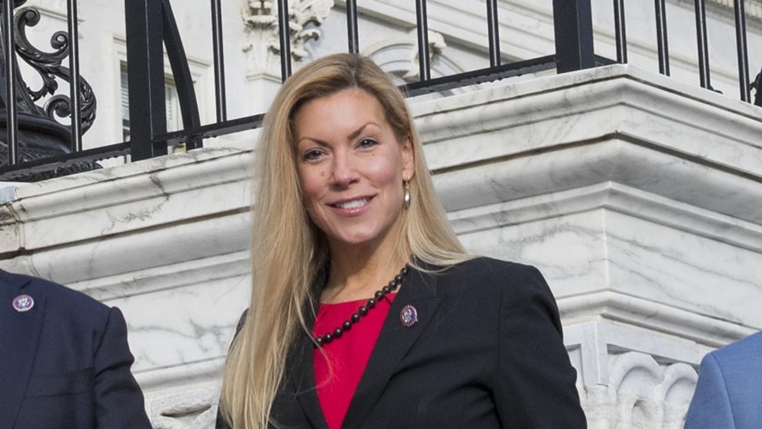Un exempleado de la congresista estadounidense Beth Van Duyne se suicida frente a su casa