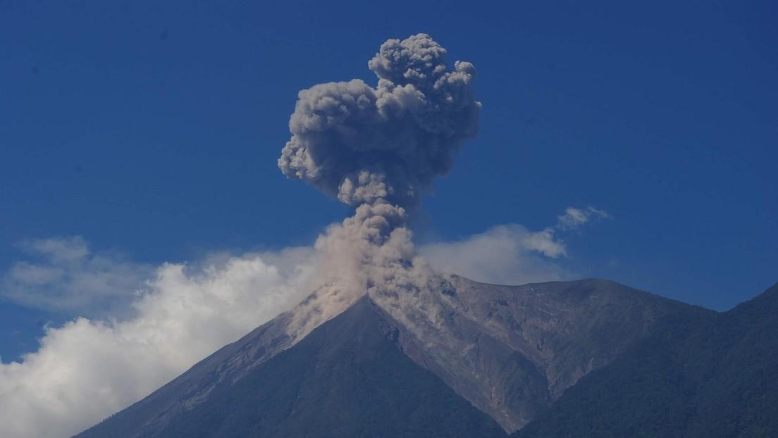 VIDEO: Un turista capta el momento en que erupciona el Volcán de Fuego en Guatemala mientras estaba meditando frente a él