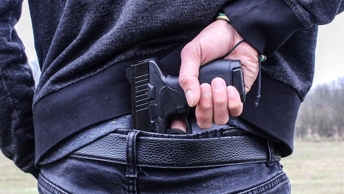 VIDEO: Un hombre asalta con pistola a un conductor de televisión en Ecuador y el camarógrafo graba la escena