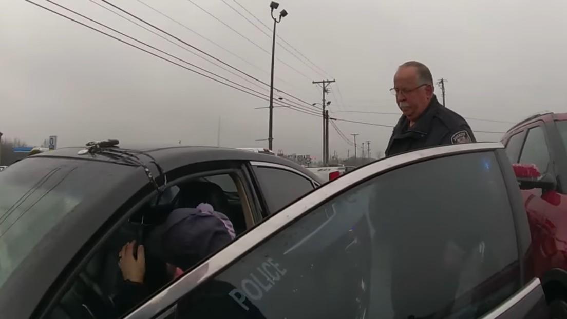 VIDEO: Una intensa persecución policial termina con un inesperado abrazo entre un agente y la sospechosa