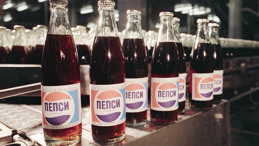FOTO: Un estadounidense halla una vieja botella de Pepsi-Cola soviética y decide probarla