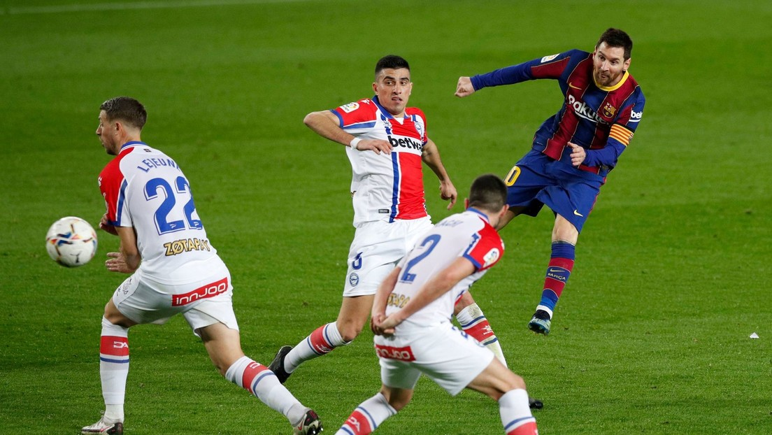 El F.C. Barcelona vence al Alavés con dobletes de Messi y Trincao y se asegura el segundo puesto en La Liga