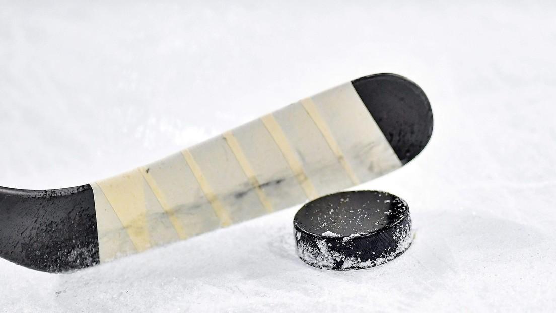 VIDEO: Un jugador de hockey golpea a un rival con el palo hasta que se rompe y luego otro le propina una brutal paliza