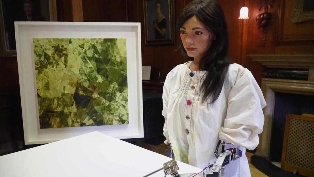 FOTO: La primera pintora robótica presentará en una exhibición sus autorretratos, que dibujó mirándose en el espejo