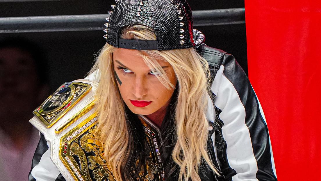 VIDEO: Luchadora de la WWE sufre un épico fracaso al romper la mesa de comentaristas 'con un solo toque'