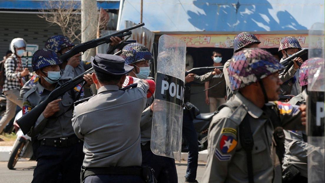 VIDEO: Fuerzas de seguridad disparan contra manifestantes contrarios al golpe militar en Birmania