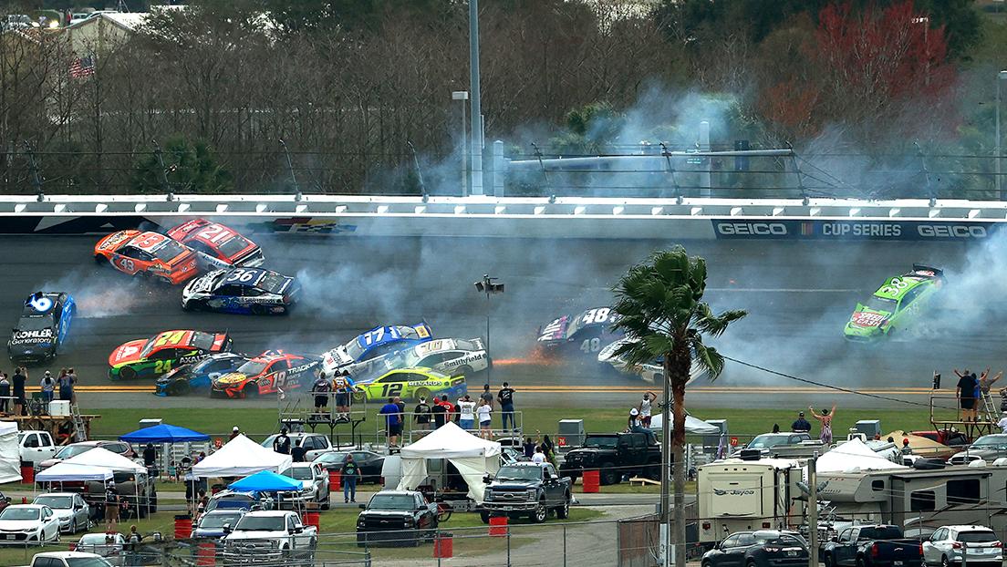 VIDEOS: Impresionante choque múltiple afecta a 16 autos en la carrera Daytona 500