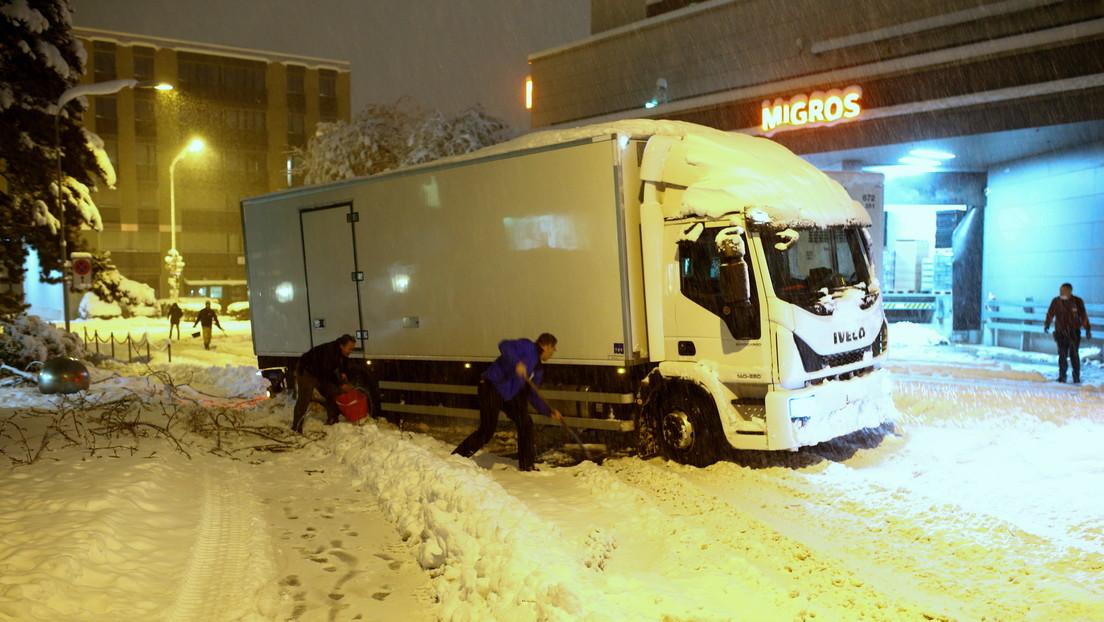 Una 'supermujer' empuja un camión atrapado en la nieve y recibe un suministro de productos lácteos gratis durante un año (VIDEO)
