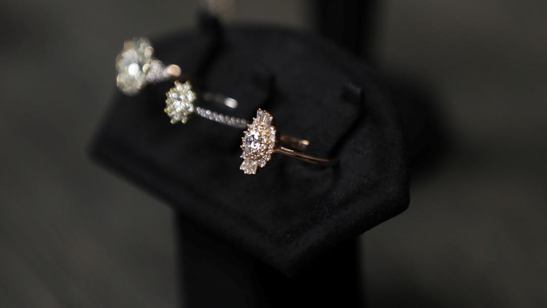 Le roba el anillo de compromiso a su novia para dárselo a otra mujer (pero acaban pillándolo)