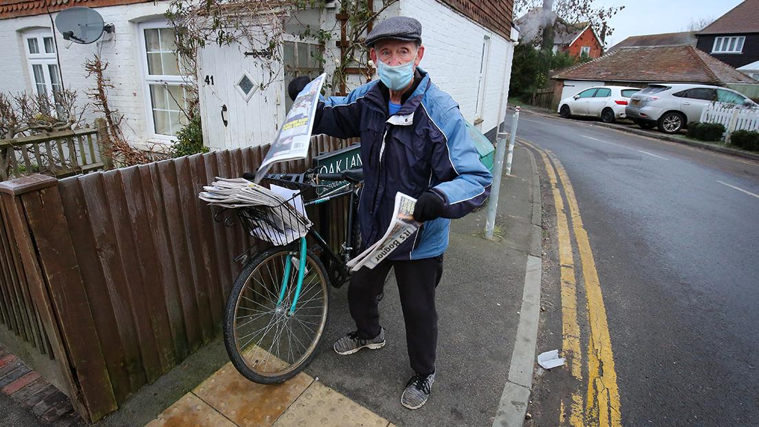 Regalan una bicicleta eléctrica a un repartidor de periódico de 80 años y el hombre decide posponer su retiro