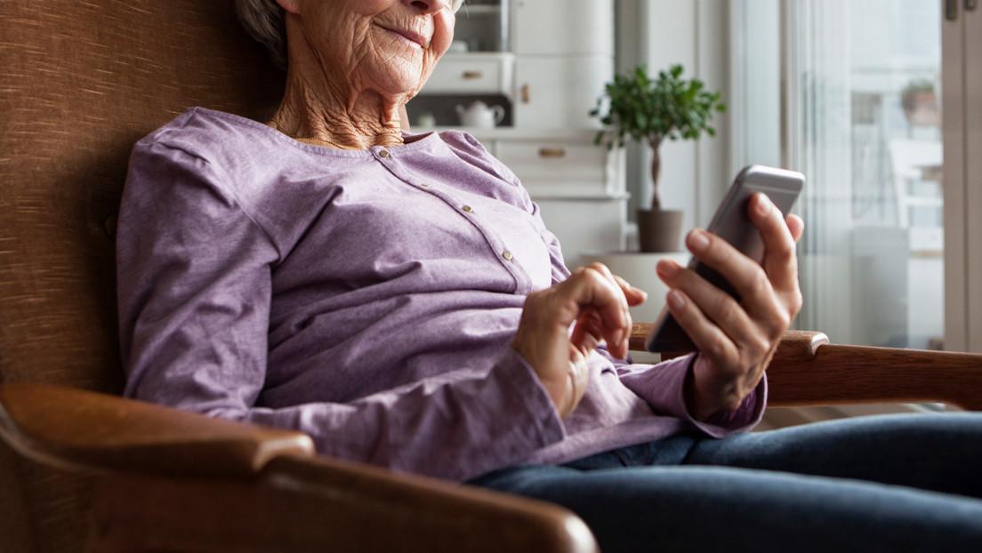 """Una anciana, cansada de que su nieto esté soltero, le crea un perfil en Tinder (donde lo tacha de """"desordenado"""" y mal cocinero)"""