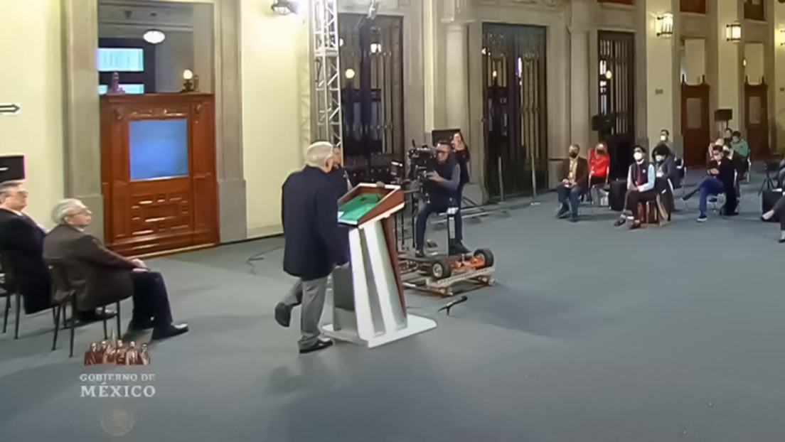 VIDEO: López Obrador se sostiene en un solo pie durante la conferencia matutina para explicar la prioridad de su administración