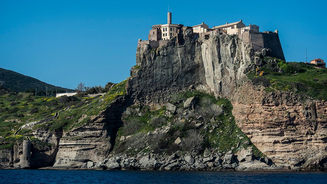 Se produce una serie de robos en una pequeña isla italiana (y todos sus habitantes están bajo sospecha)