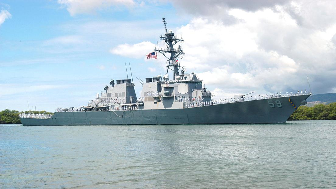 Un buque de guerra de EE.UU. navega por el disputado mar de la China Meridional