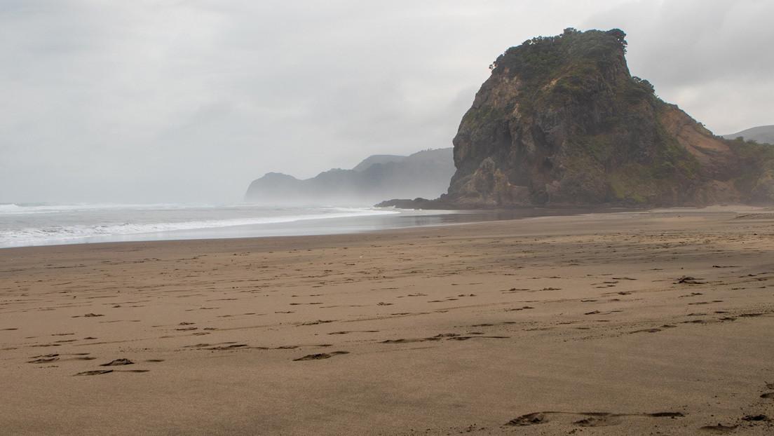 FOTO: Salvan a un surfista herido en una playa remota gracias a que consiguió escribir un mensaje en la arena antes de perder el conocimiento