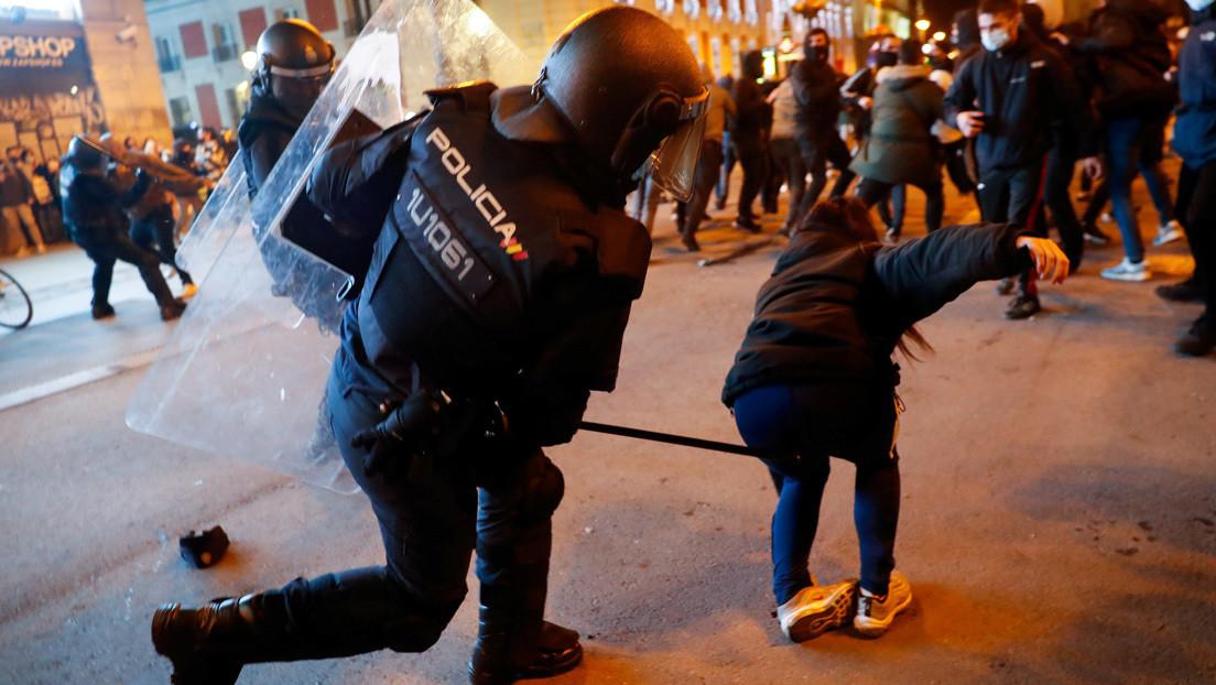 """""""¡Puta de mierda!"""": Un policía insulta y apalea a una mujer durante las protestas por el encarcelamiento de Pablo Hasél en Madrid (VIDEO)"""