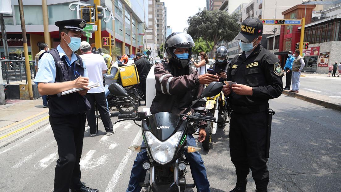 VIDEO: Suspenden a un policía que besó a una joven en vez de multarla por infringir el toque de queda en Perú