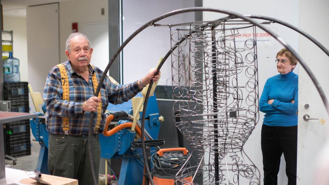 """Exponen una máquina """"inútil"""" creada por dos jubilados en Israel durante el confinamiento"""