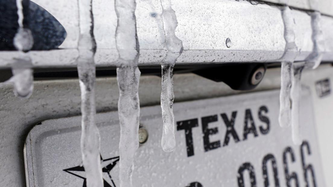 Peceras congeladas y carámbanos colgando del ventilador: la tormenta invernal en Texas, en imágenes