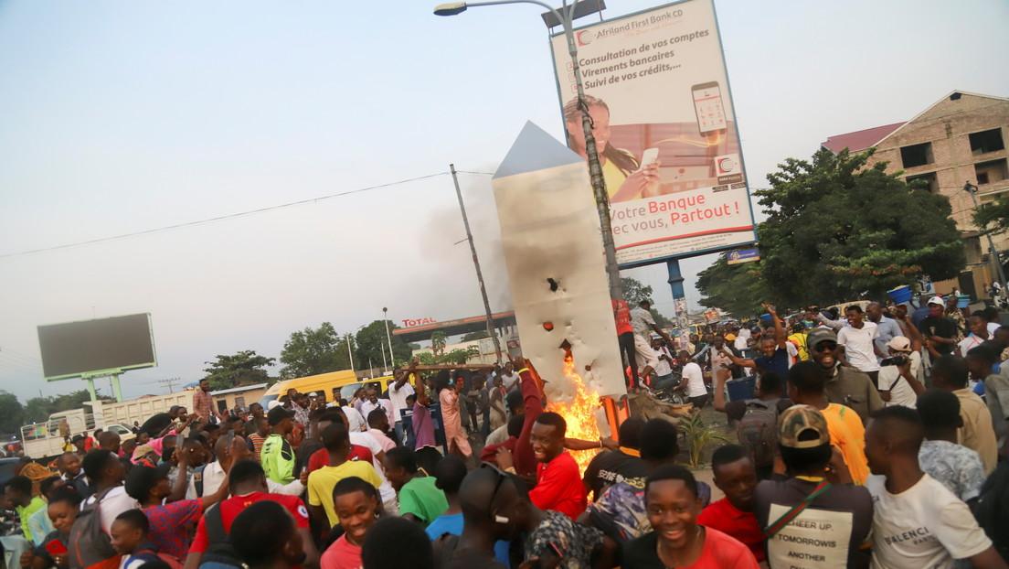 Aparece de la nada otro misterioso monolito metálico en el Congo y la población enfurece y lo quema