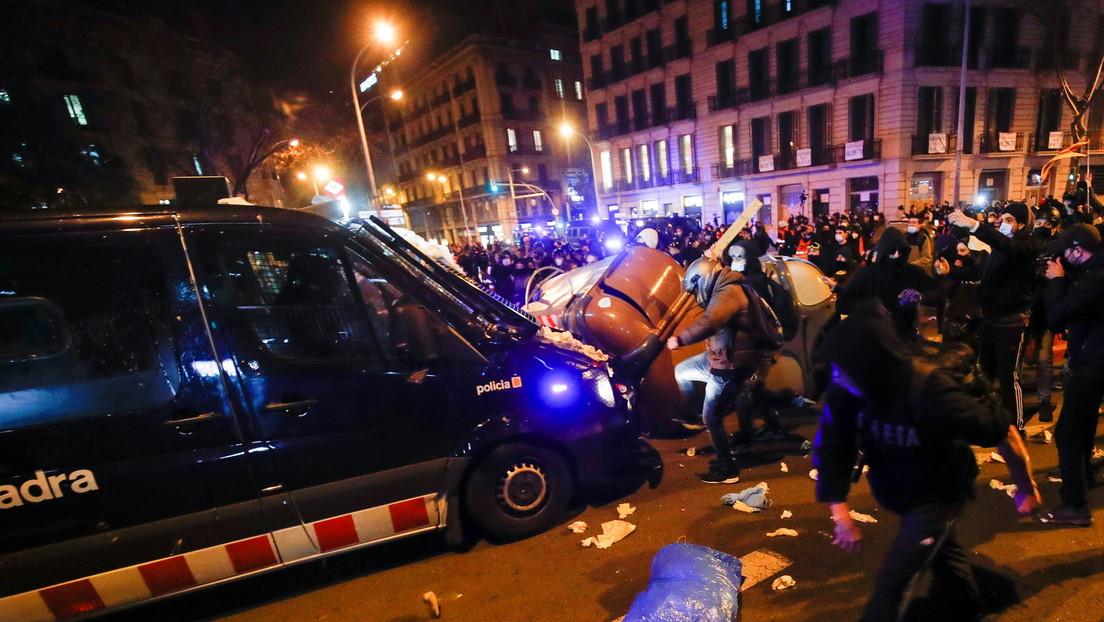 VIDEO: El momento en que una patrulla atropella a un manifestante durante las protestas por el encarcelamiento del rapero español Pablo Hasél