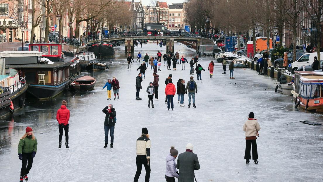 VIDEO: Un hombre en traje de baño patina confiado por un canal helado de Ámsterdam (y la cosa no acaba bien)