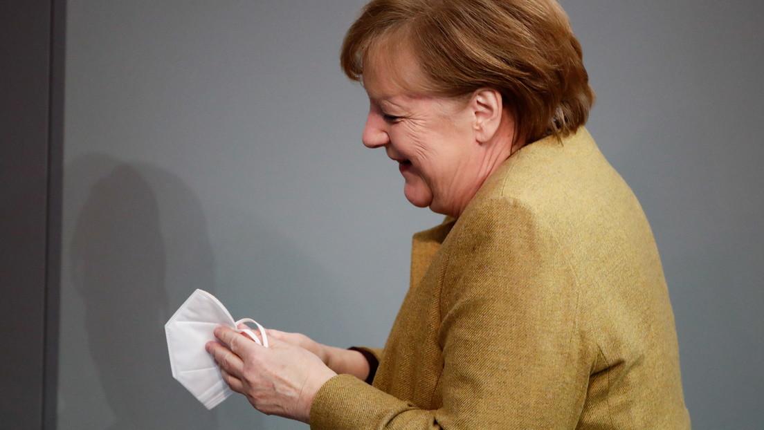 VIDEO: Angela Merkel olvida ponerse la mascarilla y su reacción se hace viral en la Red