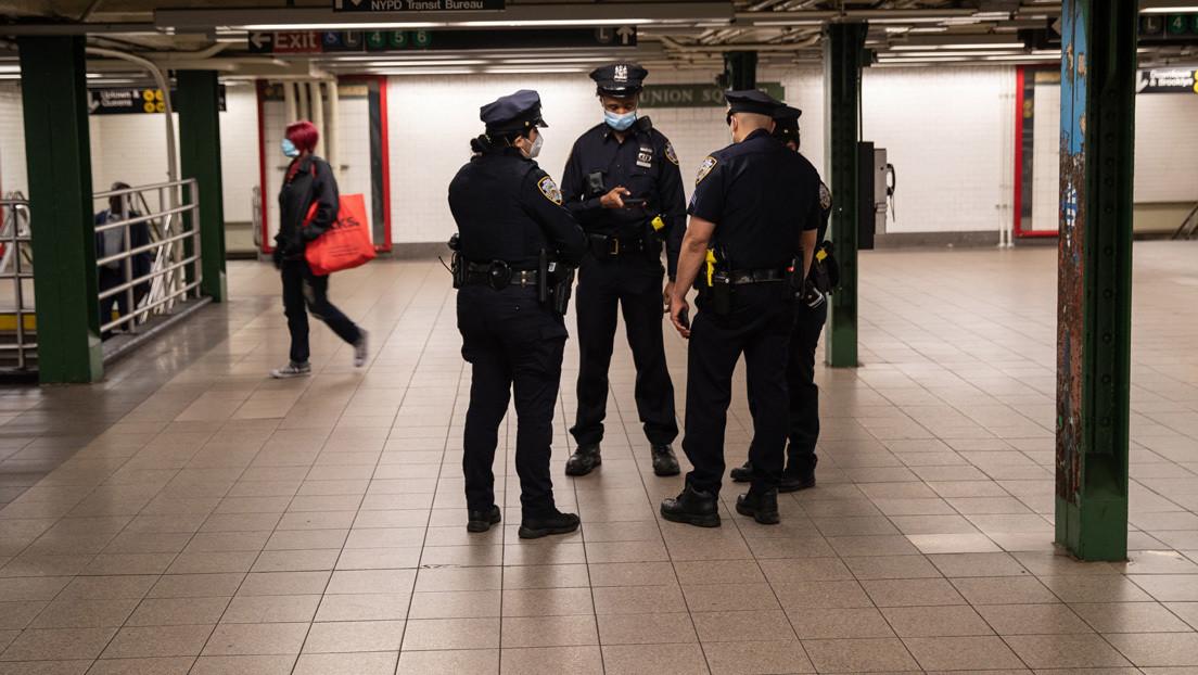 VIDEO: Un policía de Nueva York golpea repetidamente a un sospecho en la cabeza mientras otros tres agentes lo inmovilizan