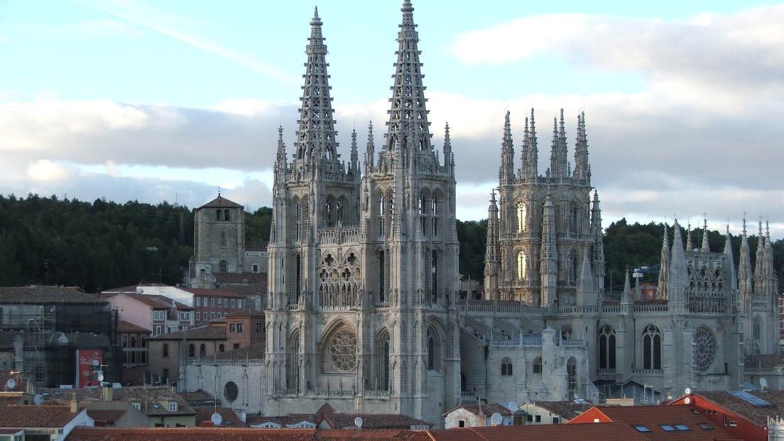 """""""Atropello artístico"""": Polémica en España por los nuevos portones que pretenden poner en la fachada principal de la Catedral de Burgos"""