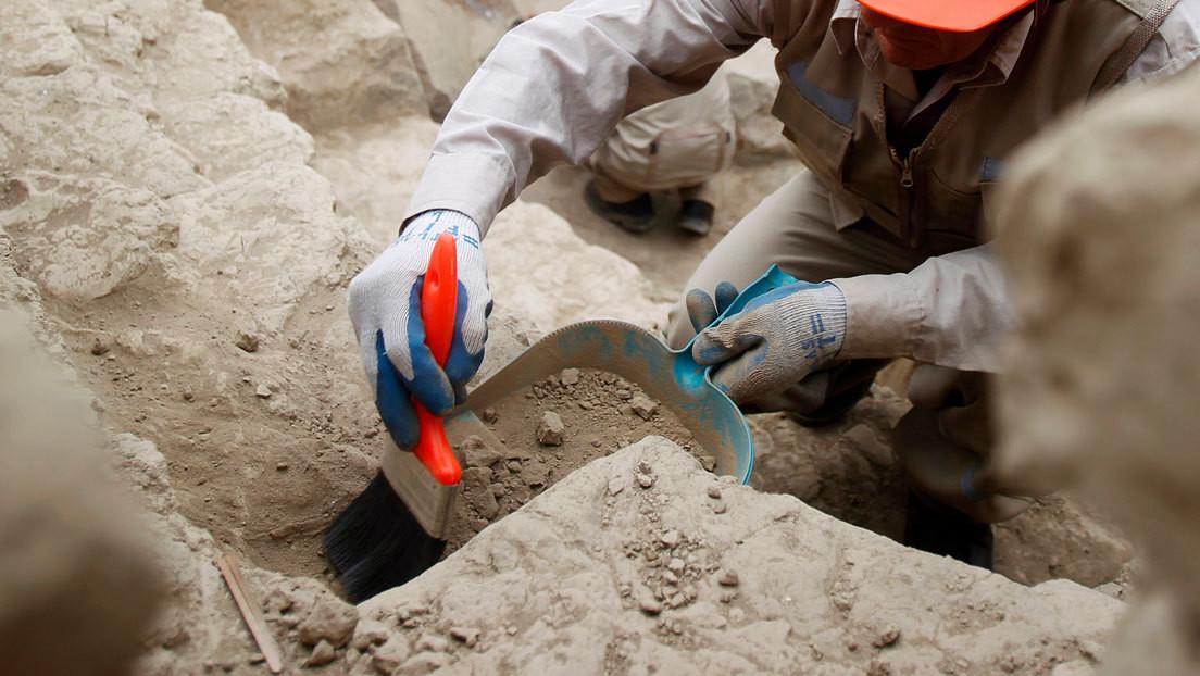"""Encuentran una piedra de moler romana con un pene grabado como símbolo de """"fuerza y virilidad"""""""