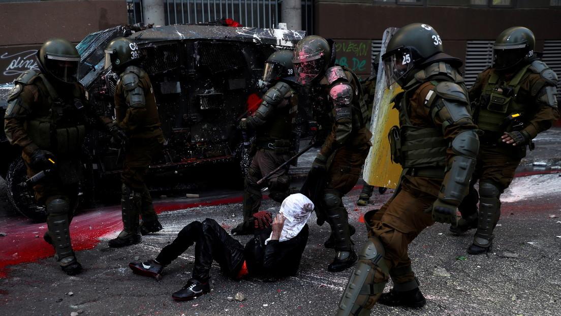 VIDEO: Un oficial de Carabineros derriba por la espalda, inmoviliza y luego arrastra a un manifestante para detenerlo en Santiago de Chile