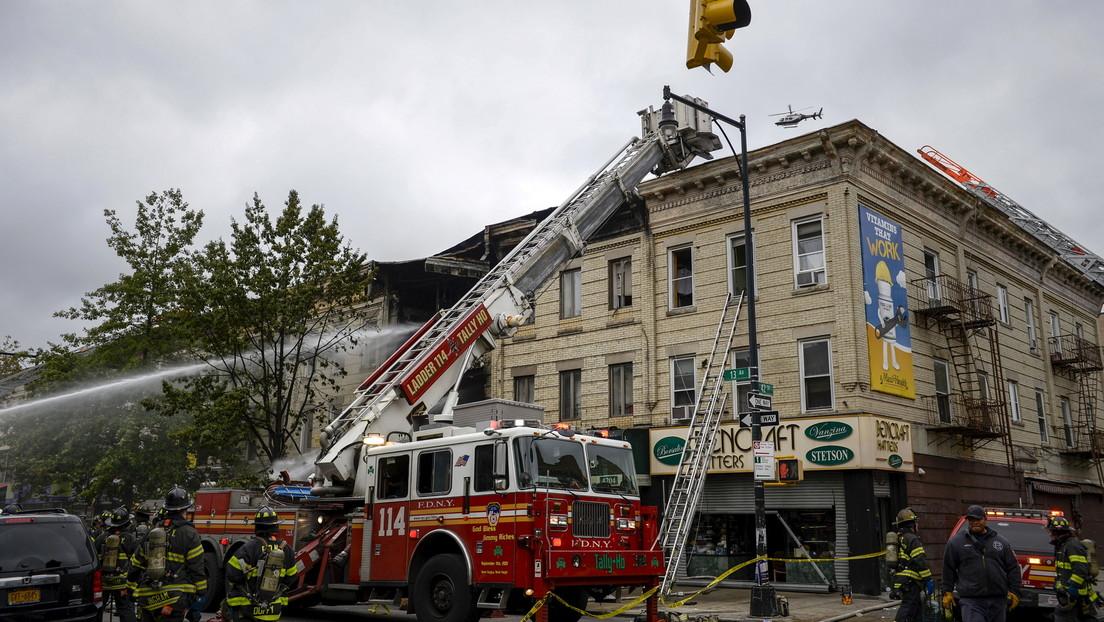 Una madre arroja a su bebé del segundo piso para salvarla tras una explosión de gas en una vivienda