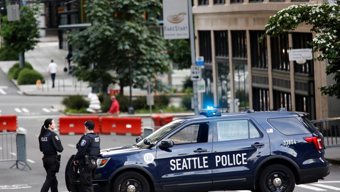 """""""Háganlo, por favor, mátenme"""": dos policías abaten un hombre que llevaba un cuchillo cubierto de sangre (VIDEO)"""