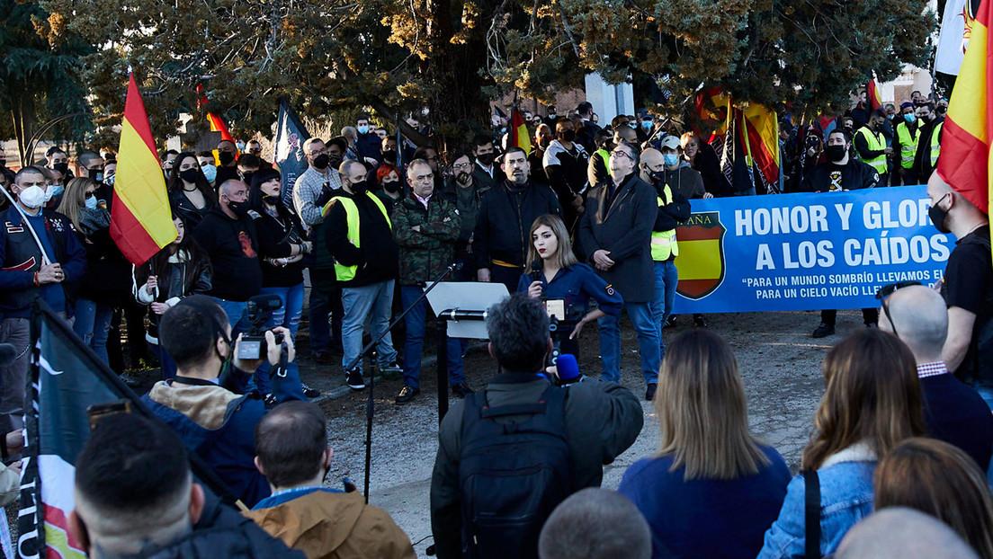 """""""¡Espera, esto no lo saquéis!"""": el incidente con una esvástica durante una entrevista a la joven neonazi española del discurso antisemita"""