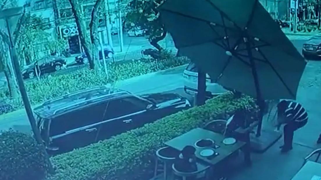 VIDEO: Tratan de robar a un cliente de un restaurante en México y este responde a tiros