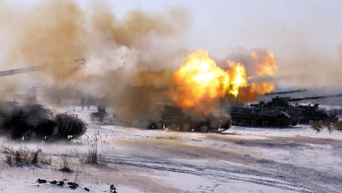 Varios sistemas de artillería y lanzamisiles rusos practican fuego combinado guiados por drones
