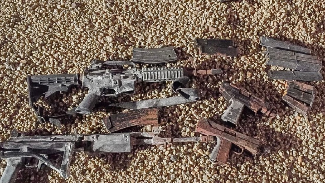 Una familia estadounidense sale a plantar un árbol en su patio trasero y encuentra una bolsa llena de armas