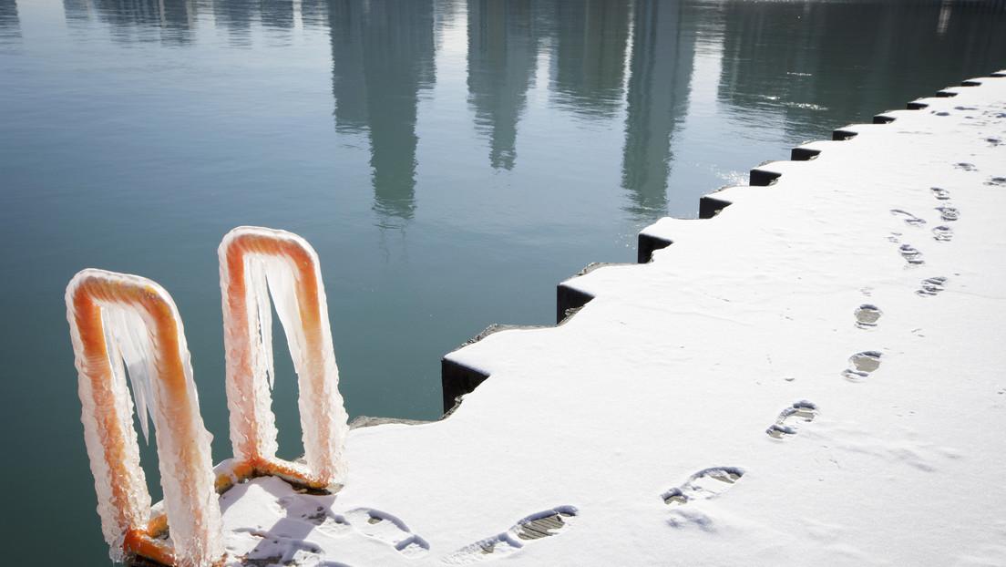 VIDEO: Una mujer se sumerge en una piscina congelada para rescatar a su perro atrapado bajo el hielo