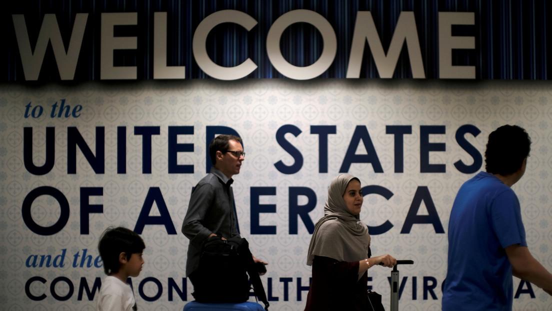 Biden revoca una decisión de Trump que impedía que varios solicitantes de 'green cards' y trabajadores extranjeros temporales ingresaran a EE.UU.